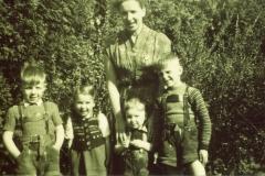 Kindheit im Geschwisterkreis (1956). (A.W.: 2.v.r.)