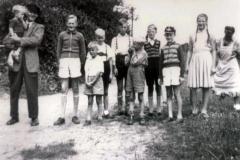 Gruppenaufnahme am Kanal mit Großvater Johann (1956).