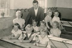Sieben Mädchen und zwei Jungen: 1. Schuljahr mit dem wunderbaren Lehrer Günther Bovenschulte (übrigens Vater des Bremers Bürgermeisters Andreas B.). (A.W.: hinten r.)
